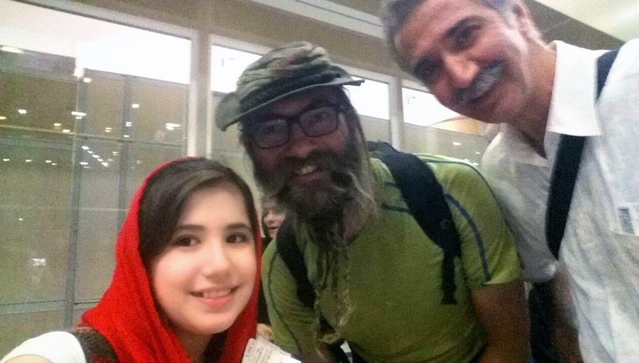 Neugieriges iranisches Mädchen mit Onkel.