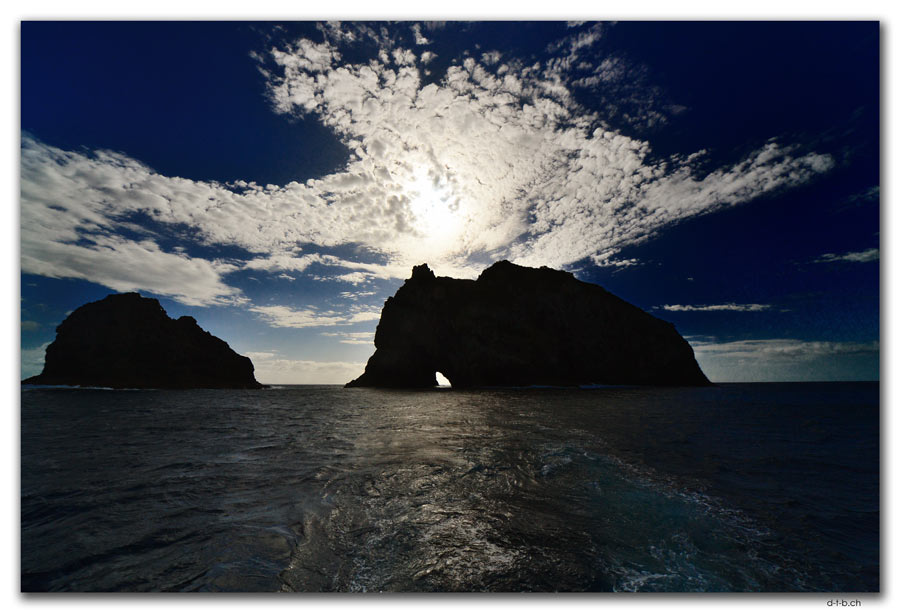 Bay of Islands. Motukokako. Hole in the Rock