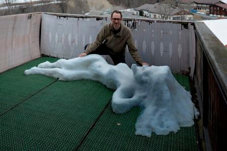 """Schneeskulptur """"Aufgewacht"""" Grössenvergleich"""