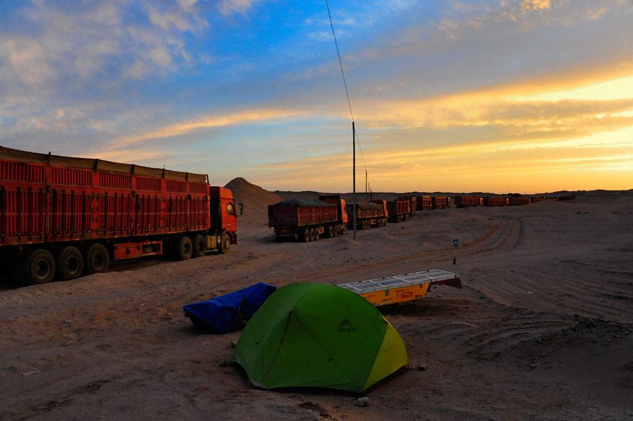LKW-Kolonne in der Wüste