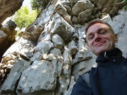 Ich vor einer Felswand in einem Naturpark in Ontario.