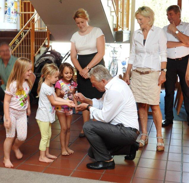 Rundgang: Ein Grashüpfer stahl der Ministerin (Stehend in der Mitte) die Schau. Rainer Spiering (kniend) brachte ihn ins Freie.