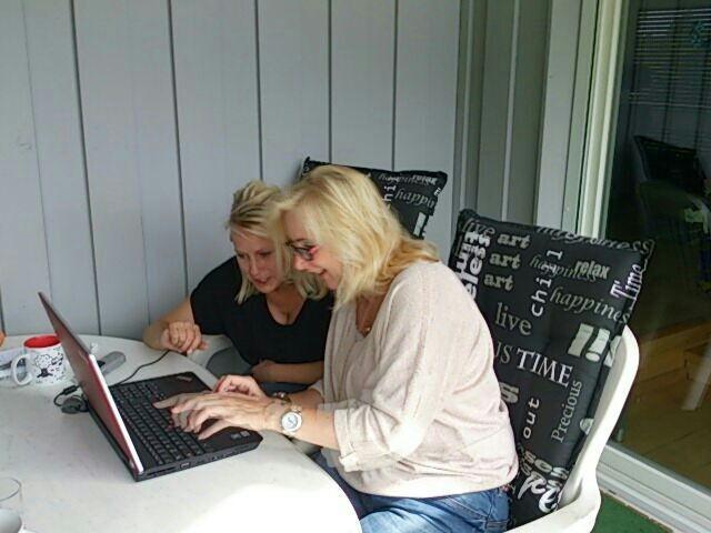 Meine Freundin Diana und ich beim Arbeiten am Projekt Homepage.