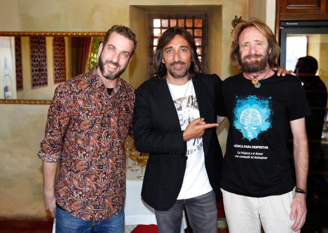 Antonio Carmona (Ketama) junto a miembros de Música para Despertar