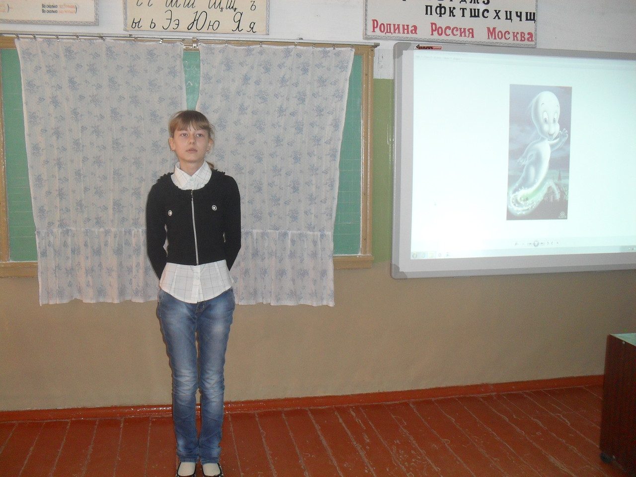 Победительница конкурса Хрусталева Ольга декламирует отрывок из произведения немецкого писателя О.Пройслера