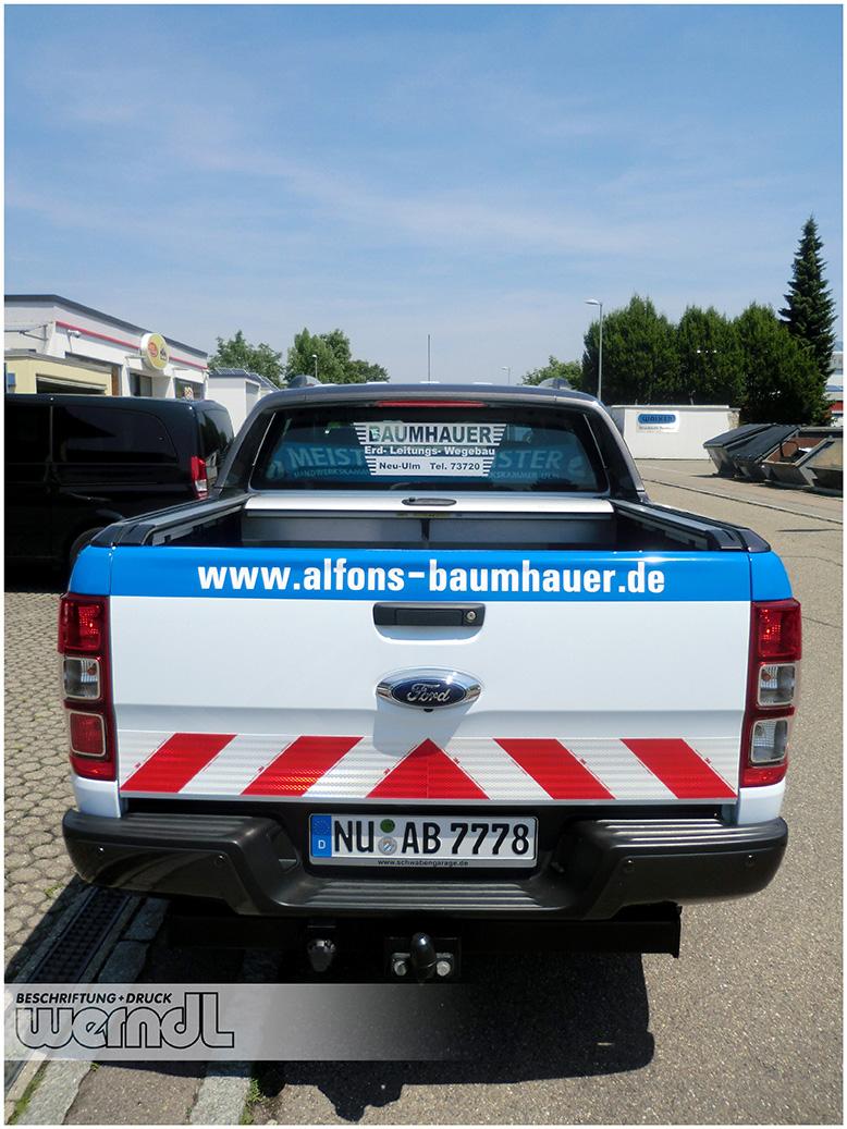 Klassische Folienbeschriftung für eine Pick-up mit WarnmarkierungenKlassische Folienbeschriftung für eine Pick-up mit Warnmarkierungen