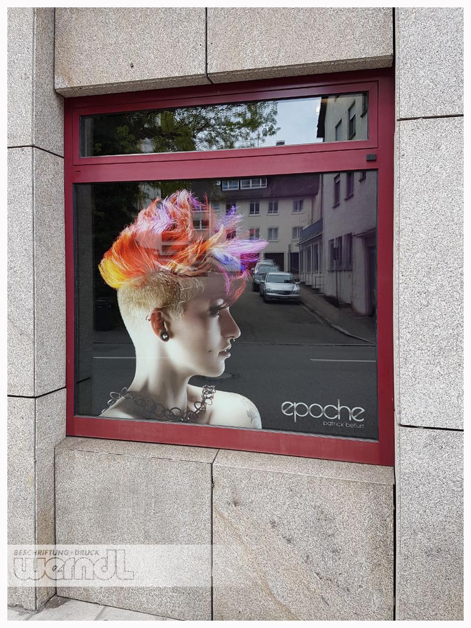 Schaufenster eines Friseurbetriebs.