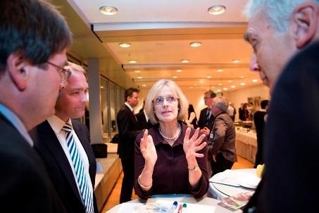 Frau Dieckmann, Präsidentin der Welthungerhilfe, im Gespräch nach der von Maurizio Gasperi moderierten CSR-Veranstaltung für den Mittelstand, organisiert von der Welthungerhilfe, mit Unterstützung von Managecon. Foto: Welthungerhilfe