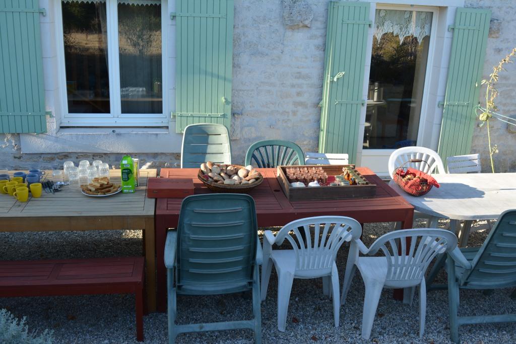 Petit déjeuner maison servi au gîte