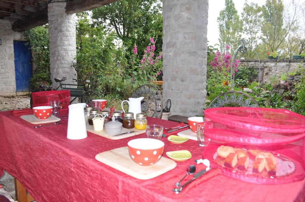 petit déjeuner bio a l'abri dans la cour intérieure du prieuré sainte megrine