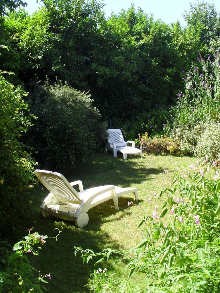 un jardin clos rien que pour vous chambre d'hôtes la porte bleue coulon