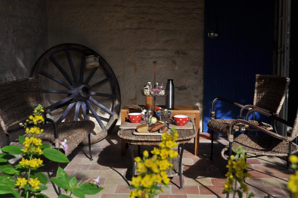 petit déjeuner bio en terrasse chambre  d'hôtes porte bleue