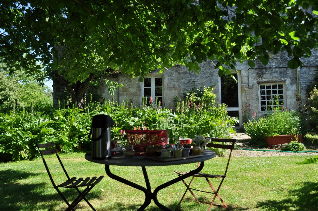 petit déjeuner bio sous le tilleul chambre d'hôtes le carré rouge