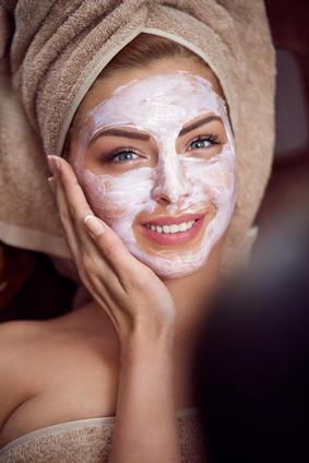 Kosmetik, Gesichtsbehandlung, Pflege, glückliche Frau, Spa, Wellness