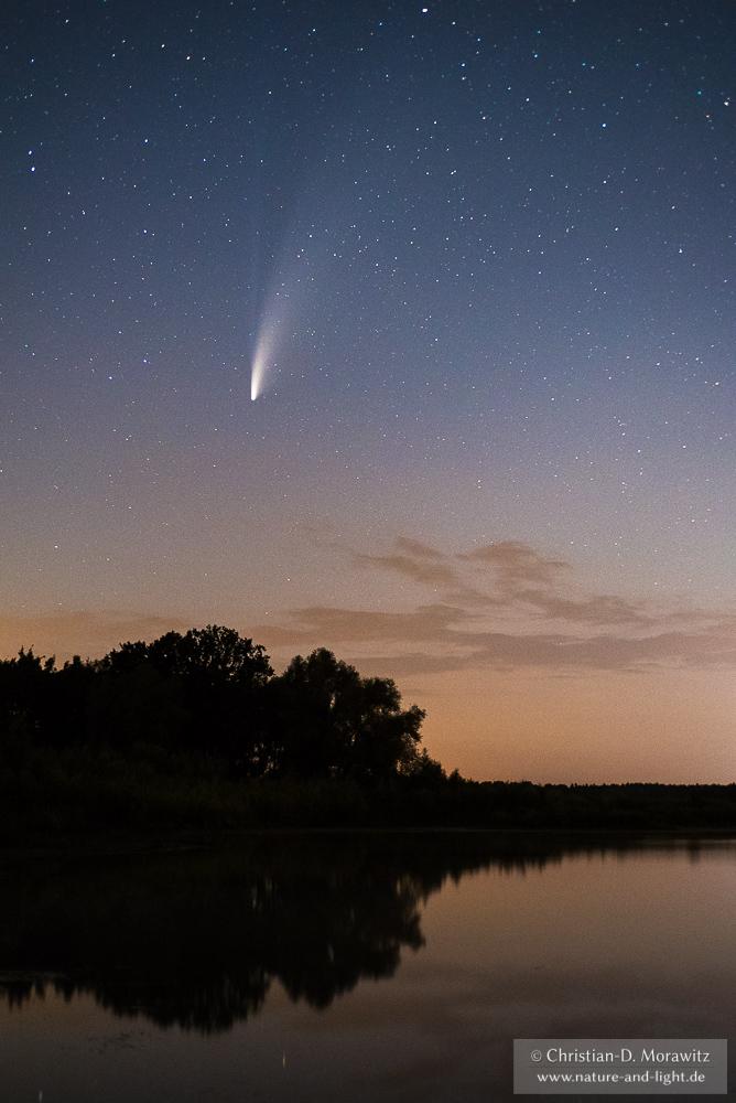 Der Komet Neowise über einem See, aufgenommen am 18.07.2020 um 00:00 Uhr