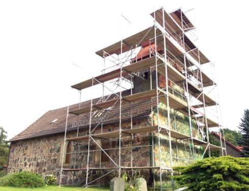 Das Gerüst ist fertig, die Arbeiten am Westgiebel können beginnen