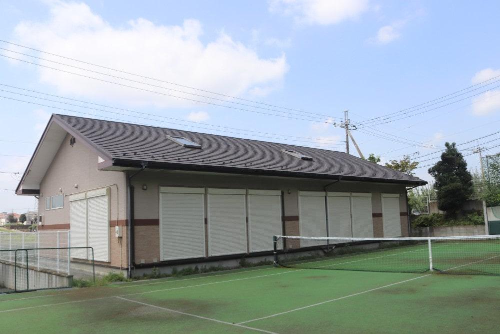「ちびっこハウス」にはテニスコートが併設
