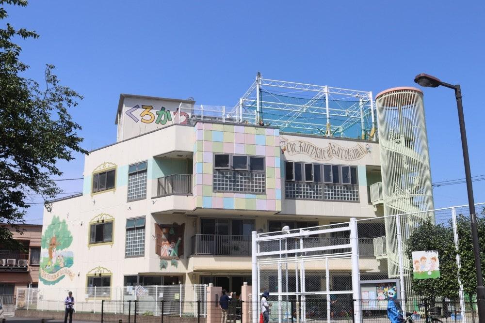 園舎は3階建て。3階には講堂があります