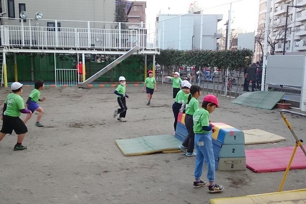 体操は園庭で。課外にはサッカーも実施