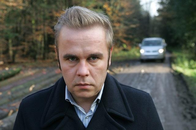 Frank Giering während einer Drehpause zum Fernsehfilm »Der Tote in der Mauer« (November 2007) / ©picture-alliance / dpa / Ingo Wagner