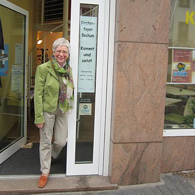 Frau Dr. Petermeier vor dem Kirchenfoyer Bochum in der Huestraße 15