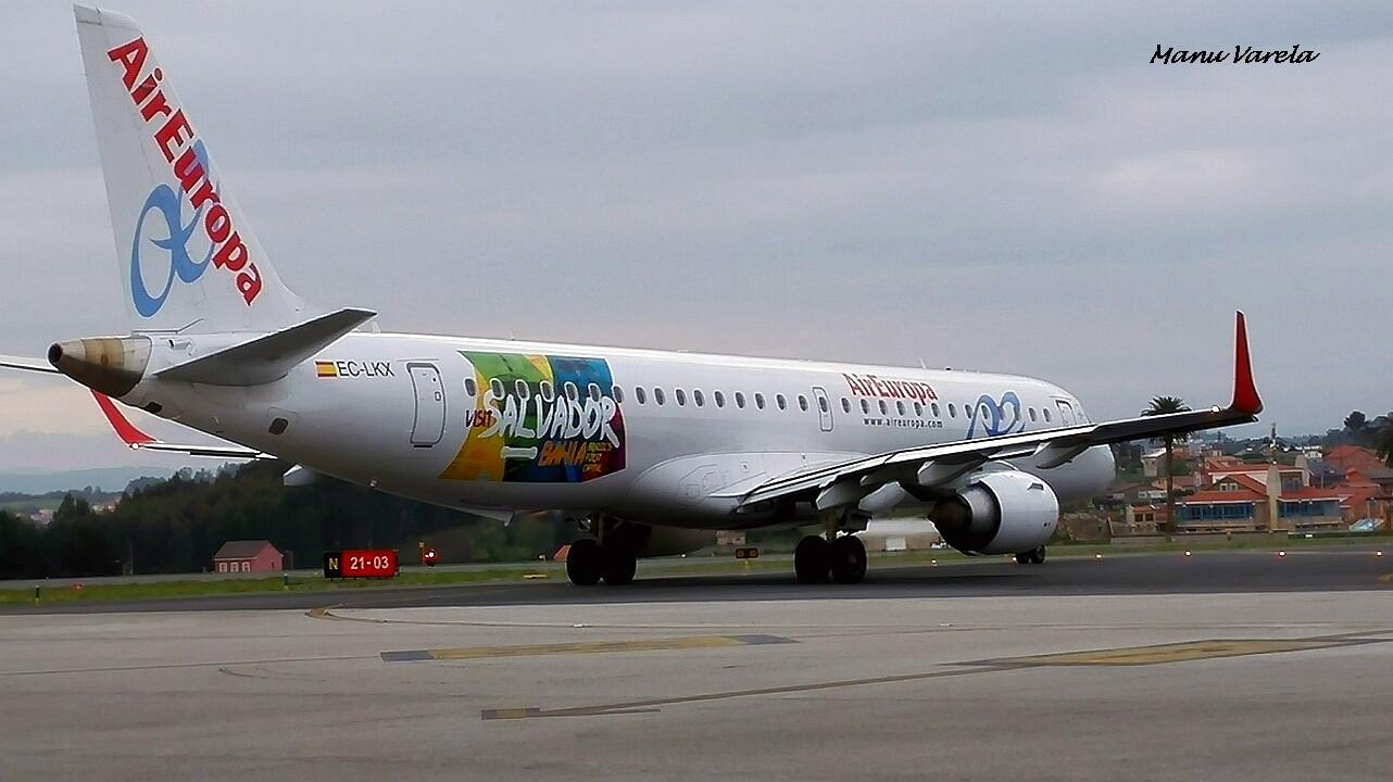 Embraer 195 AIR EUROPA con publicidad SALVADOR BAHIA, manteniendo corto en R-N, para alinear pista 03 LCG