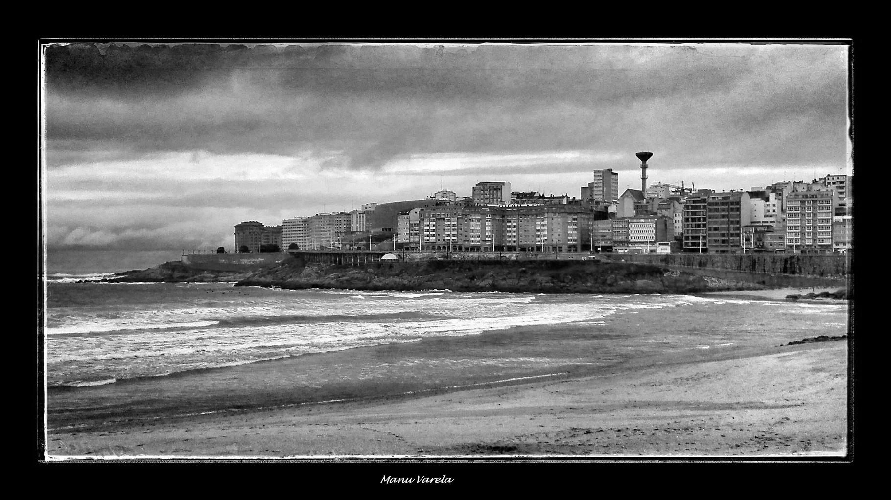 Playa del Orzán en una tarde gris de invierno