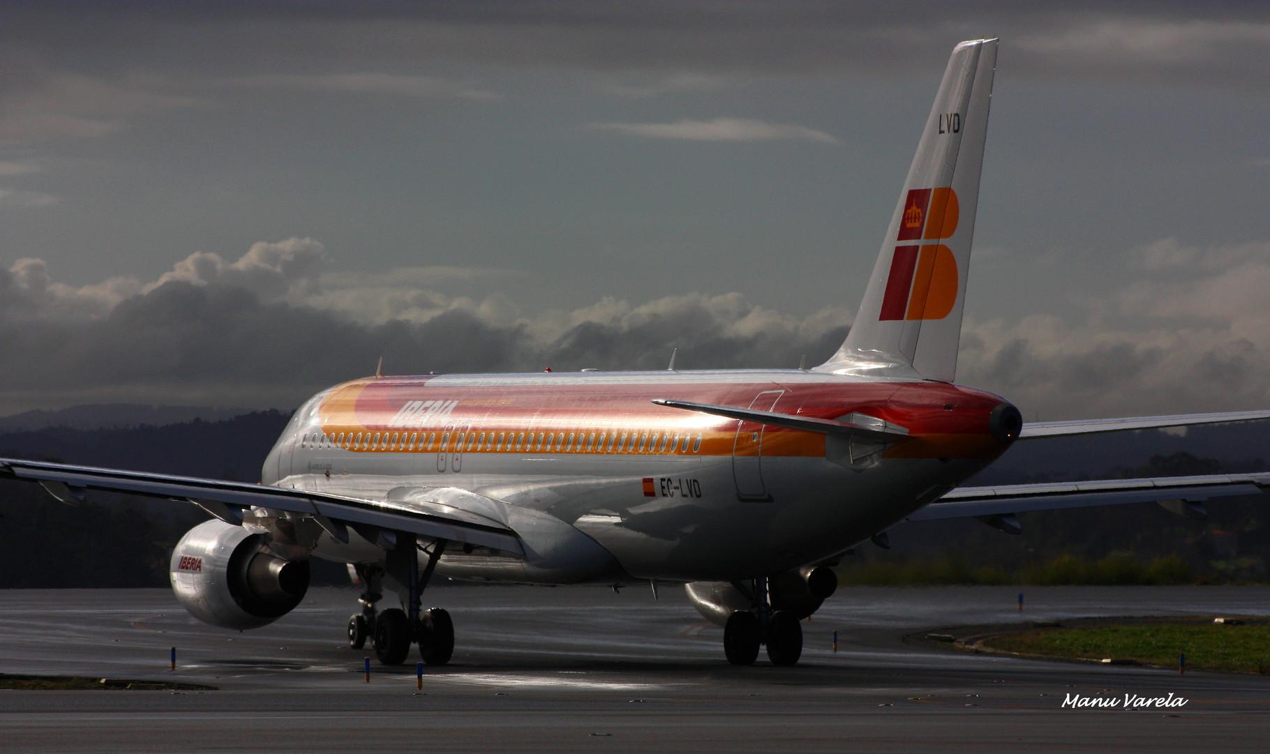 Airbus A320 IBERIA entrando en pista, para despegue.