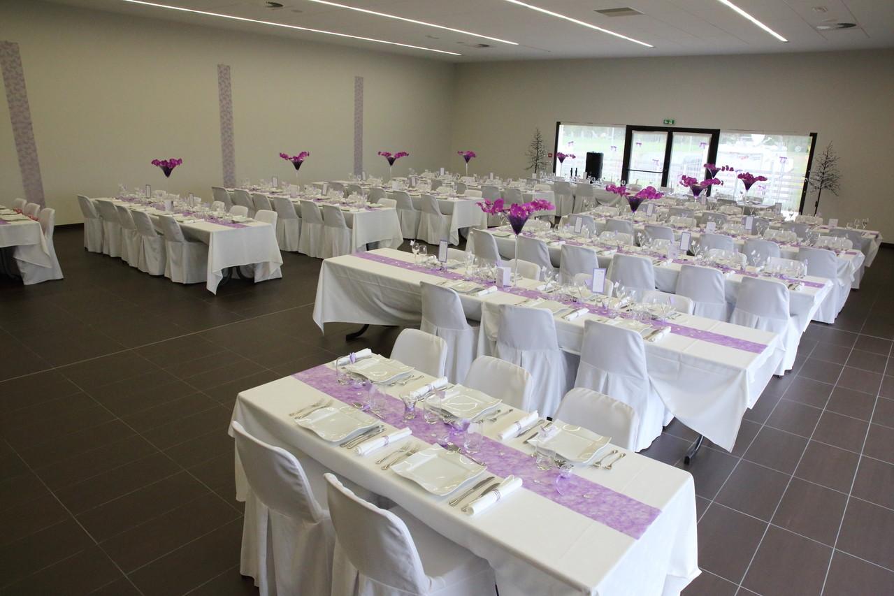 la grande salle décorée pour un mariage