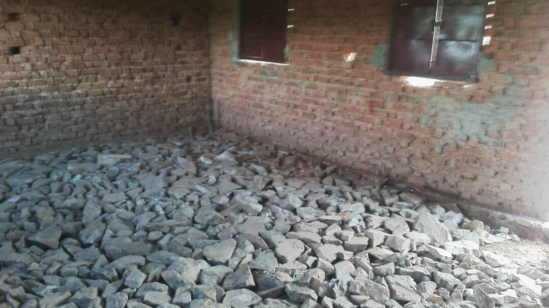 Um keinen Zement zu verschwenden, werden erstmal Steine in die Räume gelegt und dann mit Beton ausgegossen