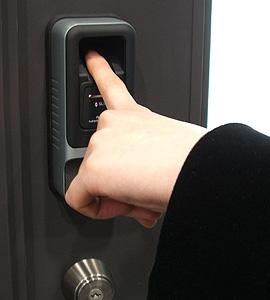 指で入室出来ます。「カギを持たない、無くさない」
