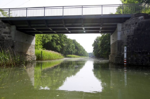 .... hinter der Brücke, befindet sich unser Hafen