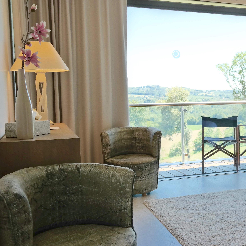 Prenez de la hauteur sur la terrasse de la chambre de la Villa-Lascaux