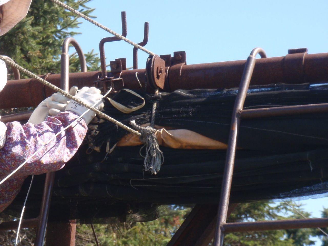 滑車の軸にワイヤーを通す。