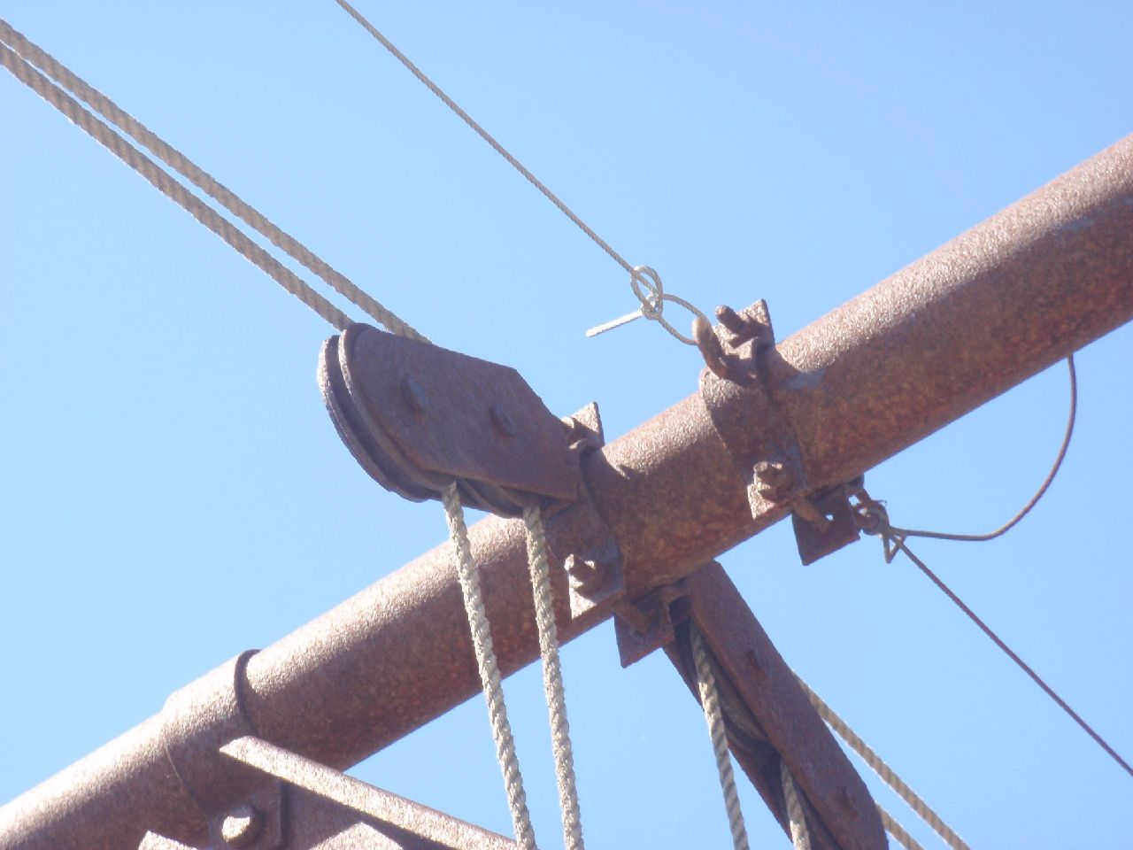 向かい側の支柱に、もやい結びでワイヤーを結ぶ。