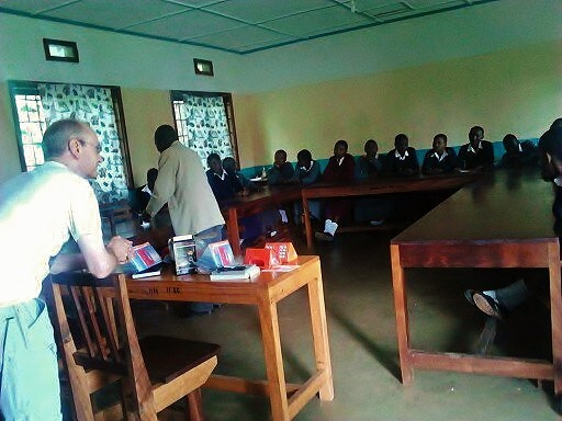 Start des Solarprojektes: Erklären der Grundlagen der Erzeugung von Strom mit Solarpanelen in einem Seminar mit den zukünftigen Solarlampen-Scouts.