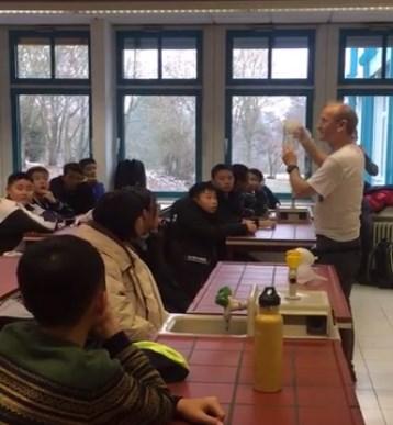 Als Lehrer für Naturwissenschaften in der Kopernikusschule Freigericht: Chemiestunde mit chinesischen Gastschülern.