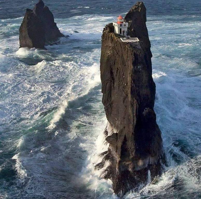 Far Pridrangar a les illes Vestmannaeyjar, Islàndia.