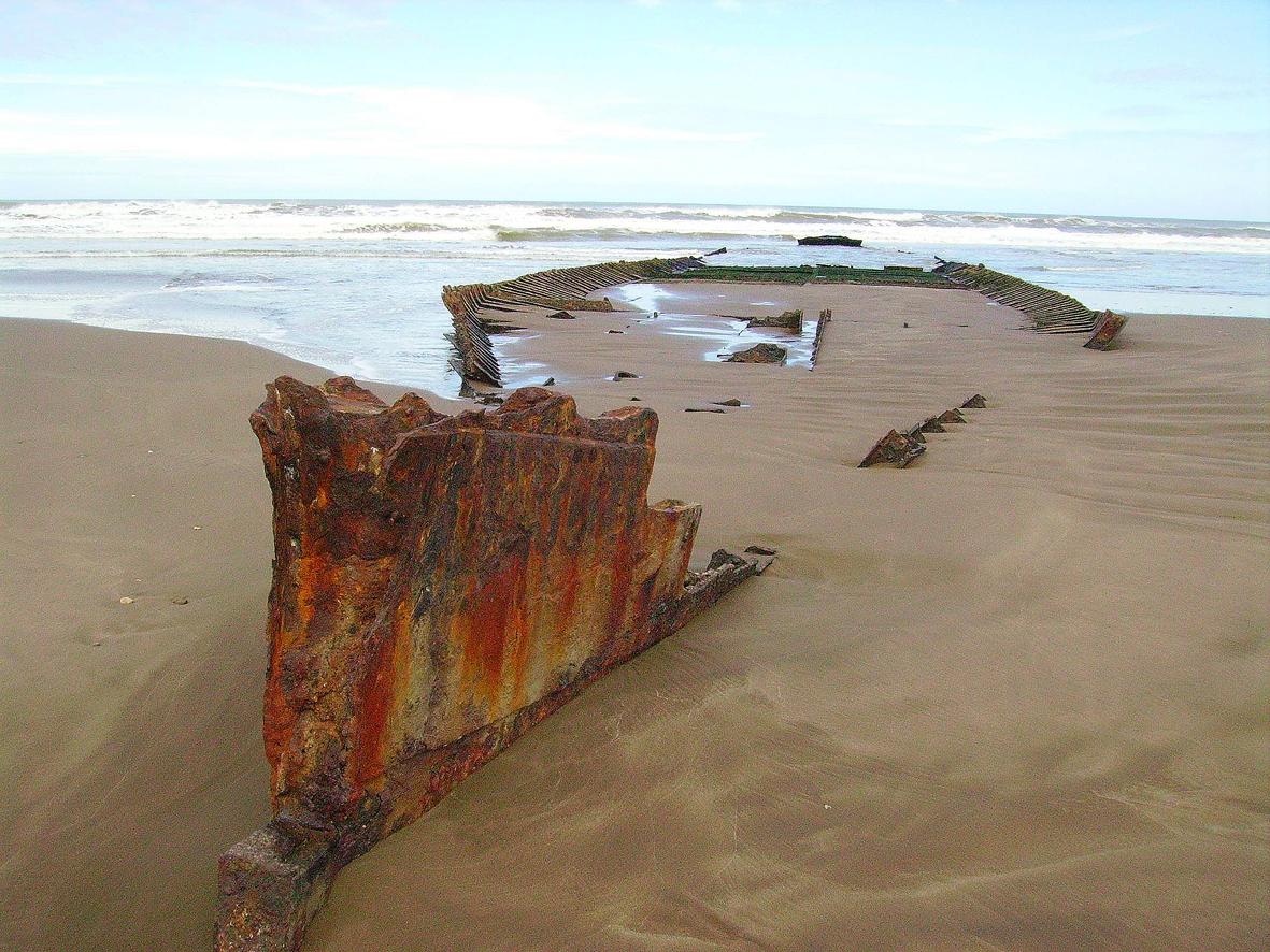Vaixell embarrancat a l'escullera Sud de Mar del Plata, Argentina, des de fa més de 20 anys.