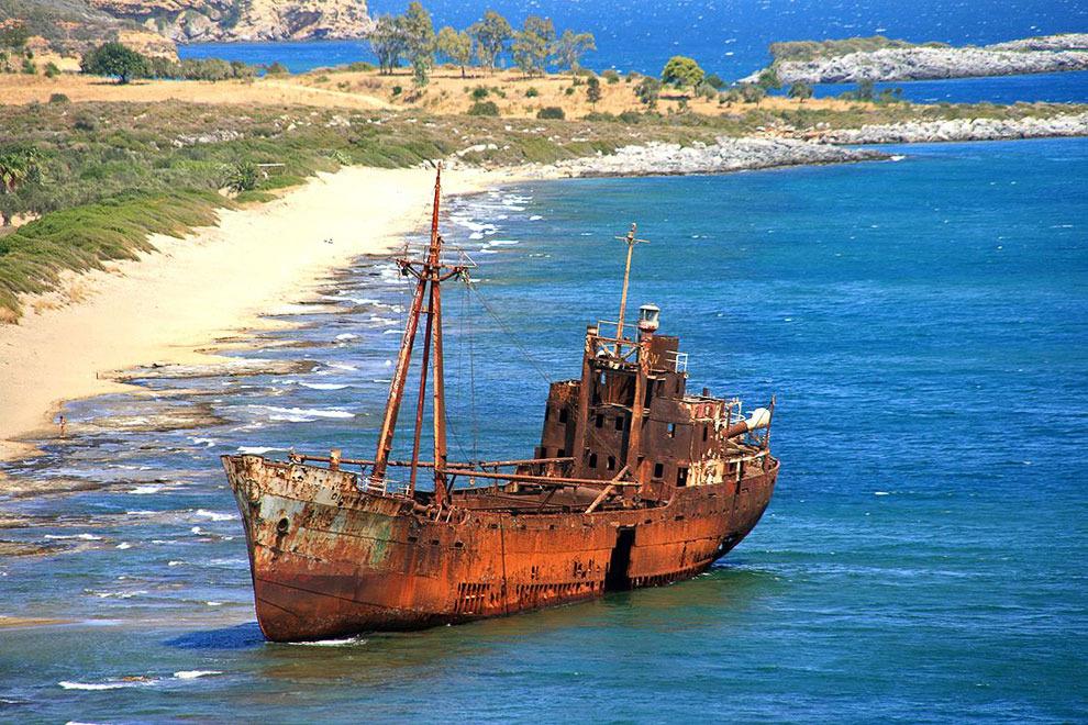 El 'Dimitrios', a la platja de Valtaki, al costat de Gythio, Peloponès, Laconia, Grecia.