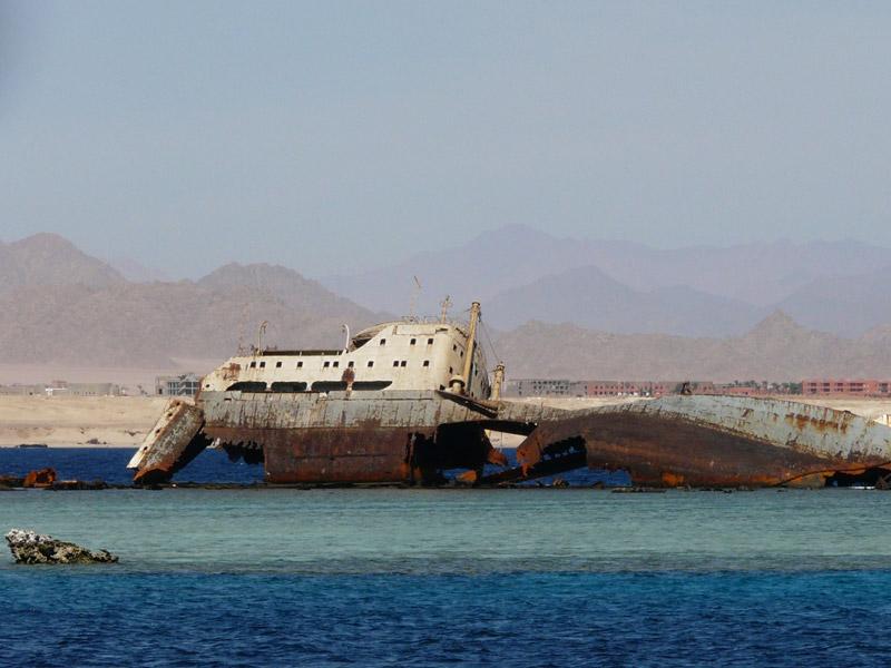 Vaixell enfonsat al Mar Roig envoltat de corals.