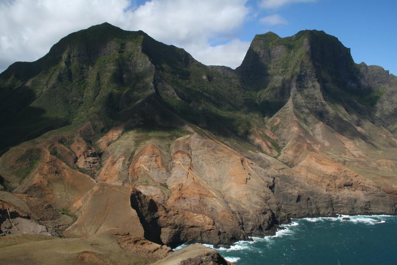 """Cala sota """"El Yunque"""", illa Robinson Crusoe, Valparaiso Xile. Foto: C. Culley."""