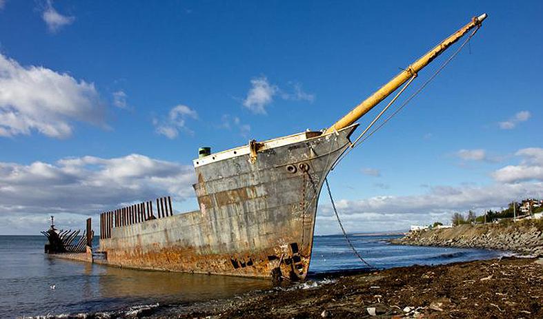 Vaixell encallat a les platges properes a la ciutat de Punta Arenas a l'Estret de Magallanes.