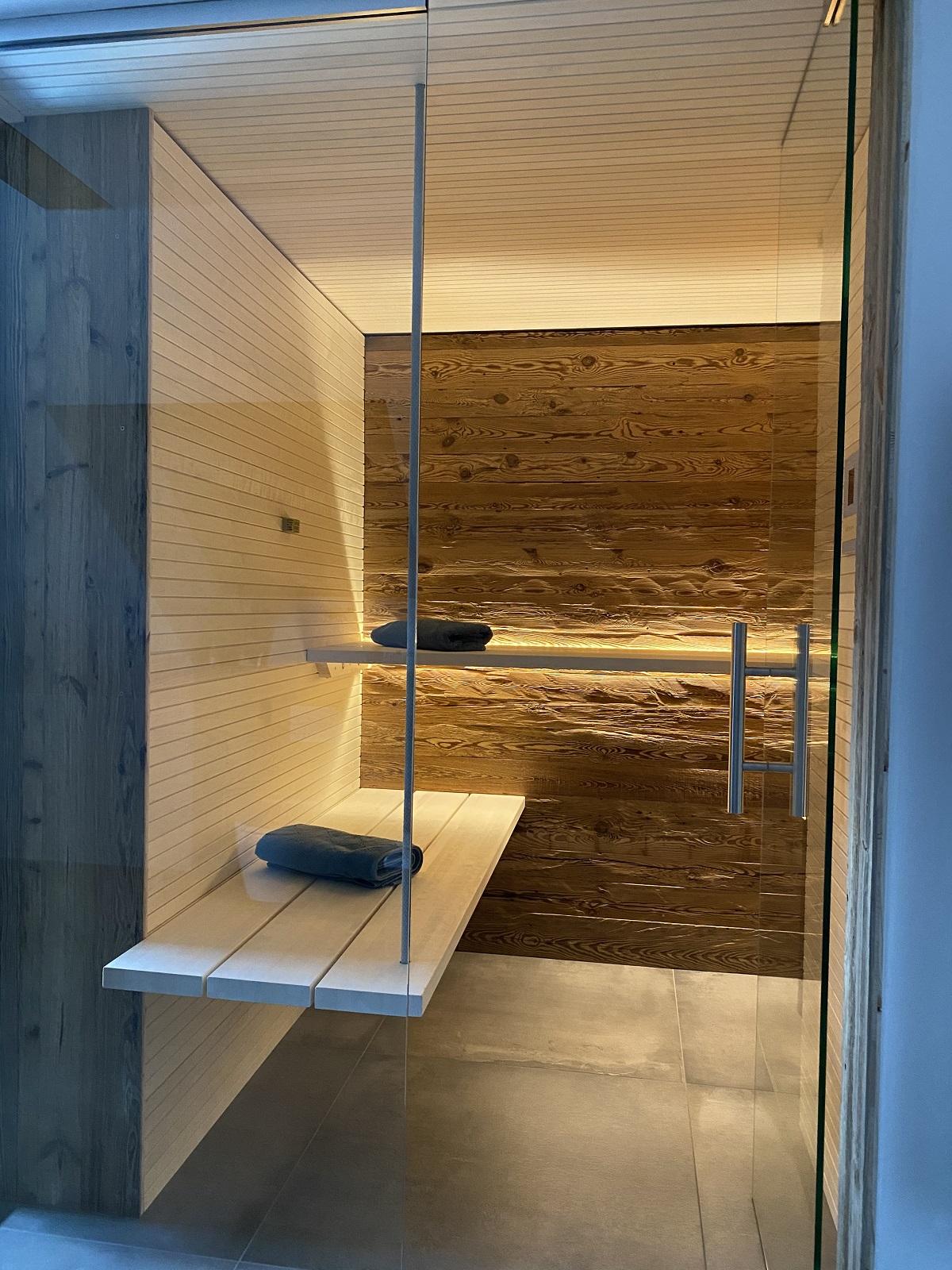 Sauna mit Rückwand aus Handgehackten brettern Seitenwände ebenfalls von uns.