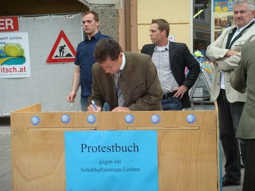 LPO Dr. Kurzmann trägt sich im Protestbuch gegen das Schubhaftzentrum ein