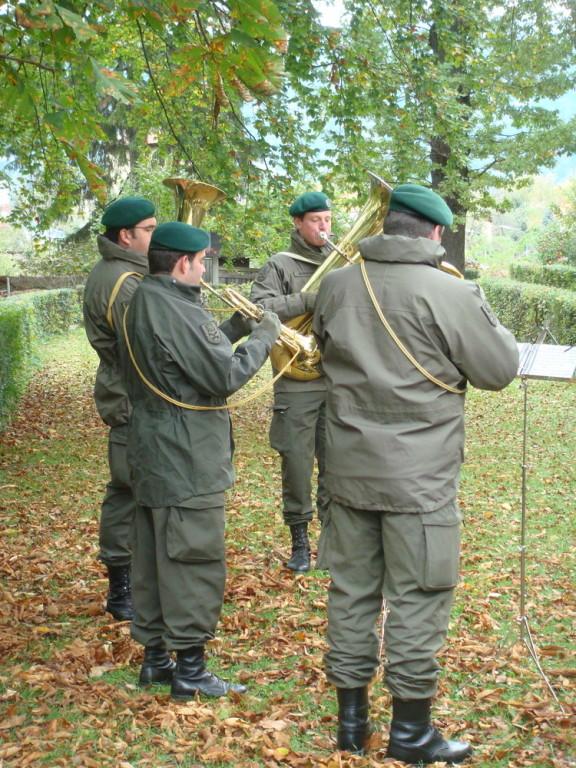 ...eine Bläsergruppe der Militärmusik...