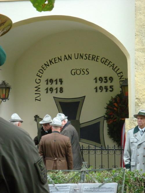 Kranzniederlegung vor dem Kriegerdenkmal