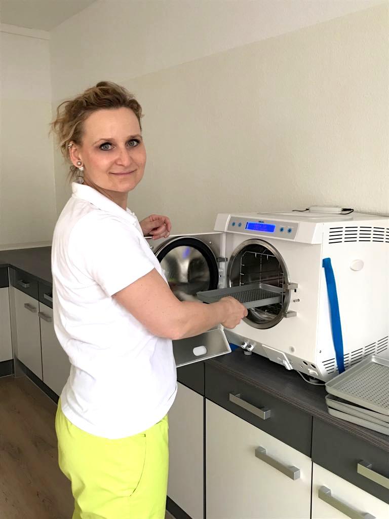 Podologin Karina Adam-Radzuweit in ihrem Hygieneraum mit mordernster Technik