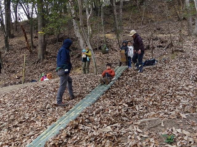 昼食後竹滑り台で遊ぶ。