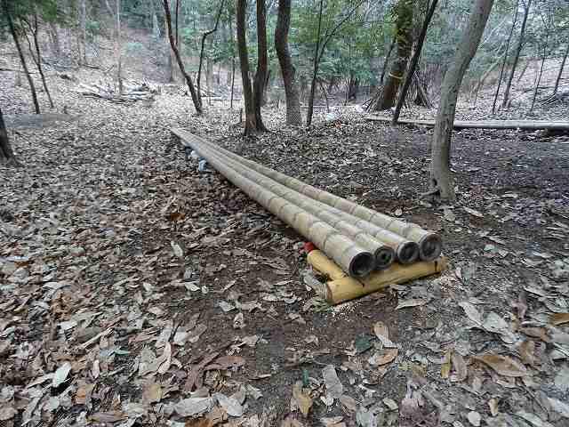 竹すべり台も補強がされている。